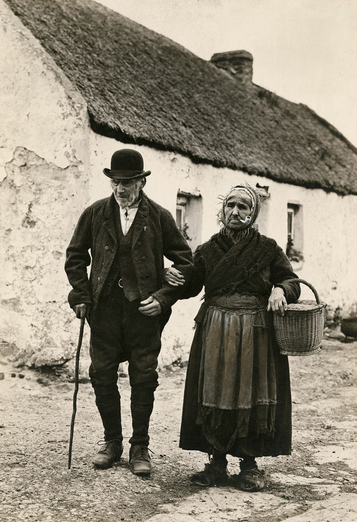 Ein Paar geht zu Fuß zum Markt in Galway, Irland.