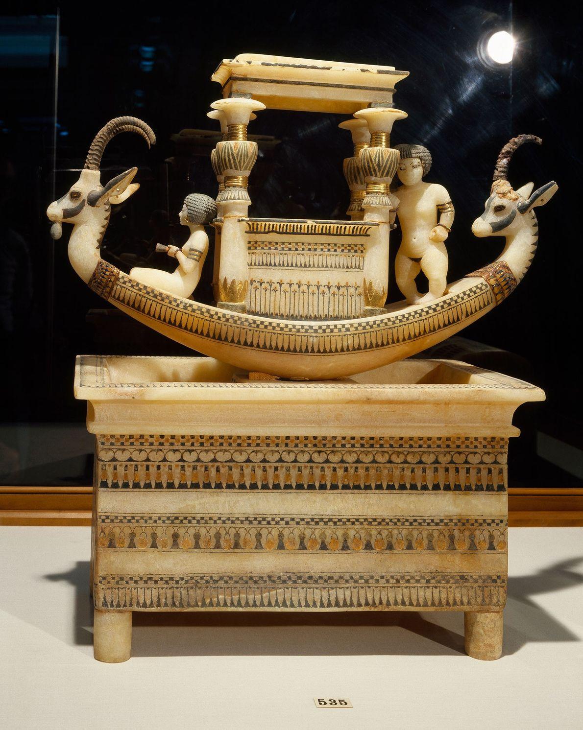 Dieses kunstvoll verzierte Boot wurde zusammen mit Tutanchamun begraben.