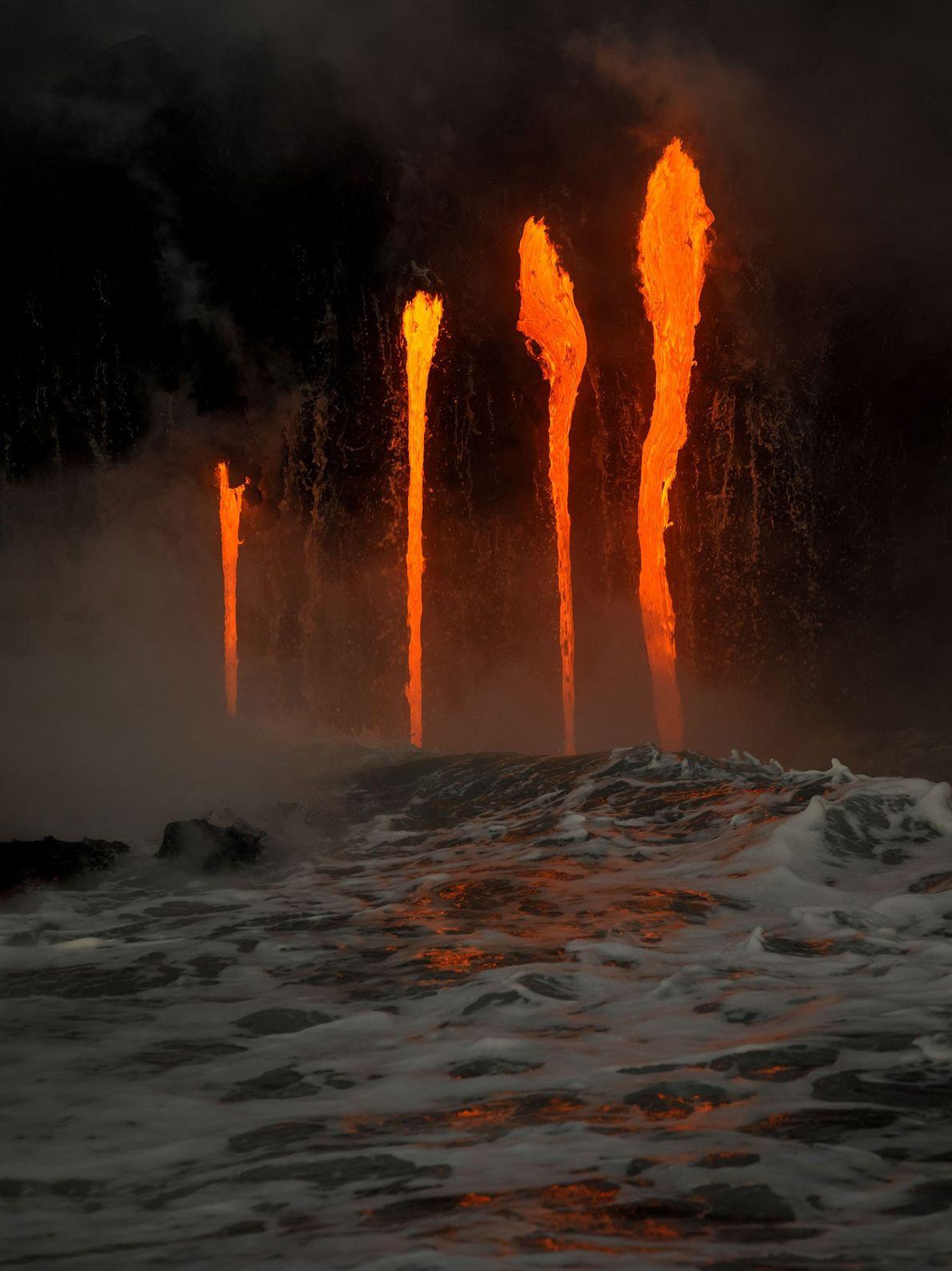 Lava aus dem Kīlauea strömt ins Meer.