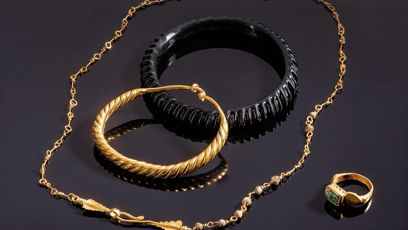 Im Sarkophag eines sechsjährigen Mädchens fanden Archäologen zwei Armreife, einen aus massivem Gold und einen aus ...