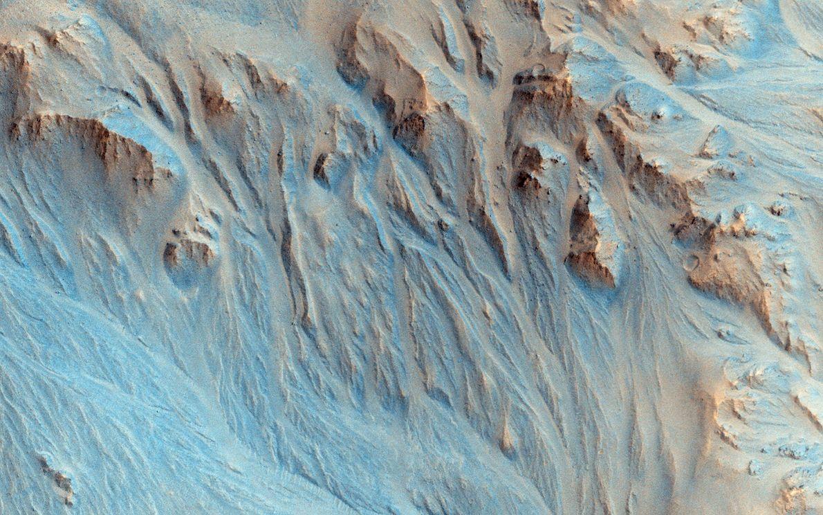 Diese Aufnahme einer ausgewaschenen Landschaft machte der Mars Reconnaissance Orbiter der NASA. Flussläufe fächern sich dort ...
