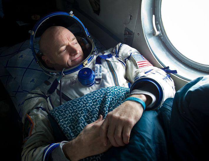 Nach einem sechsmonatigen Aufenthalt auf der ISS sieht der Astronaut Scott Kelly 2011 aus dem Fenster ...
