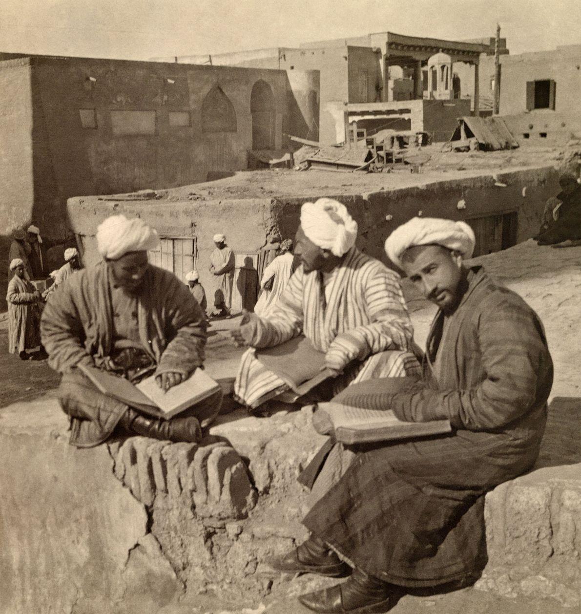 Islamische Gelehrte studieren vor der Mir-Arab-Madrasa im usbekischen Buchara.