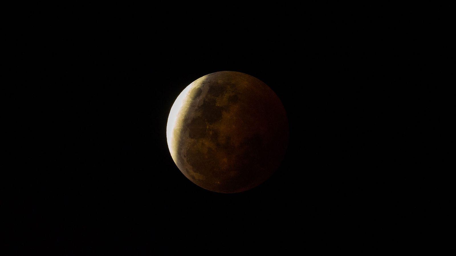 Ein Schatten fällt während einer Mondfinsternis auf die Oberfläche des Monds.