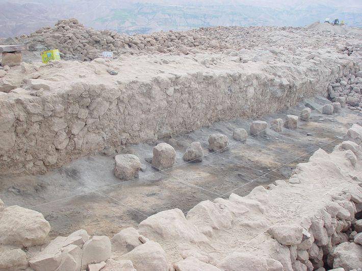 Die Überreste der 950 Jahre alten Brauerei in der Ausgrabungsstätte von Cerro Baúl in Peru.