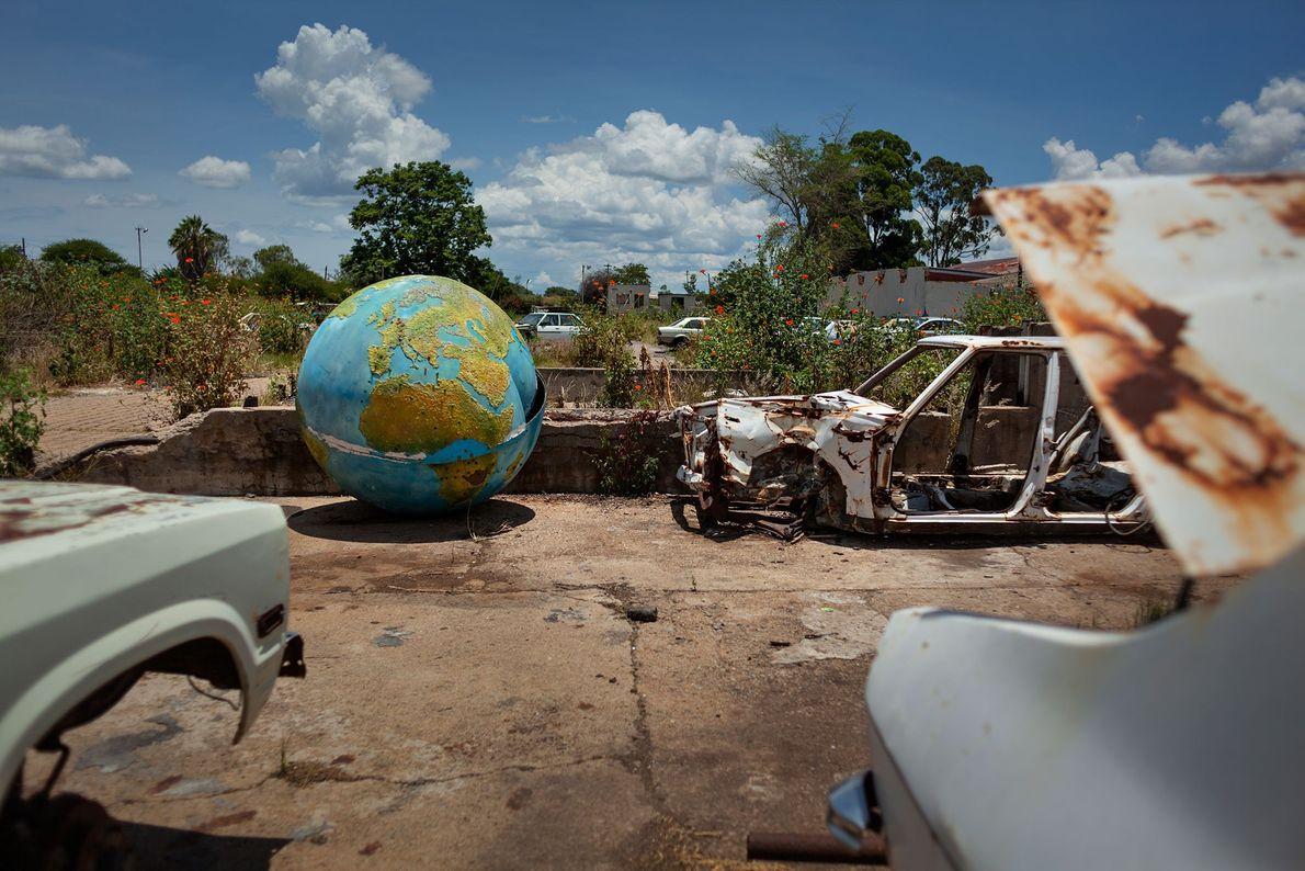 In dem verlassenen Hinterhof einer Fleischverarbeitungsfabrik in Bulawayo markiert ein Globus Simbabwes ehemalige Exportmärkte. Vor einem ...