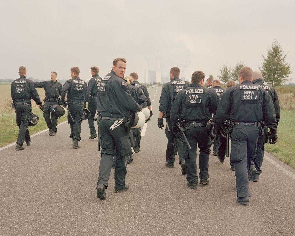 """Polizeibeamte laufen vor einem Protestzug des Zusammenschlusses """"Ende Gelände"""" her und warten auf einen günstigen Moment, ..."""