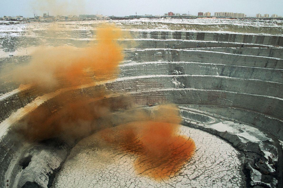 Giftige Dämpfe steigen aus der Diamantenmine Mir in Russland auf. Die Gase werden bei der Sprengung ...
