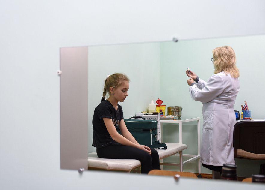 Eine Krankenschwester bereitet am 21. Februar 2019 in einer Schule im ukrainischen Dorf Lapaivka eine Masernimpfung vor. Die Ukraine verzeichnete 2018 mit mehr als 30.000 bestätigten Fällen die höchste Zahl an Masernerkrankungen. Seit Jahresbeginn 2019 haben sich schon 20.000 Menschen infiziert.
