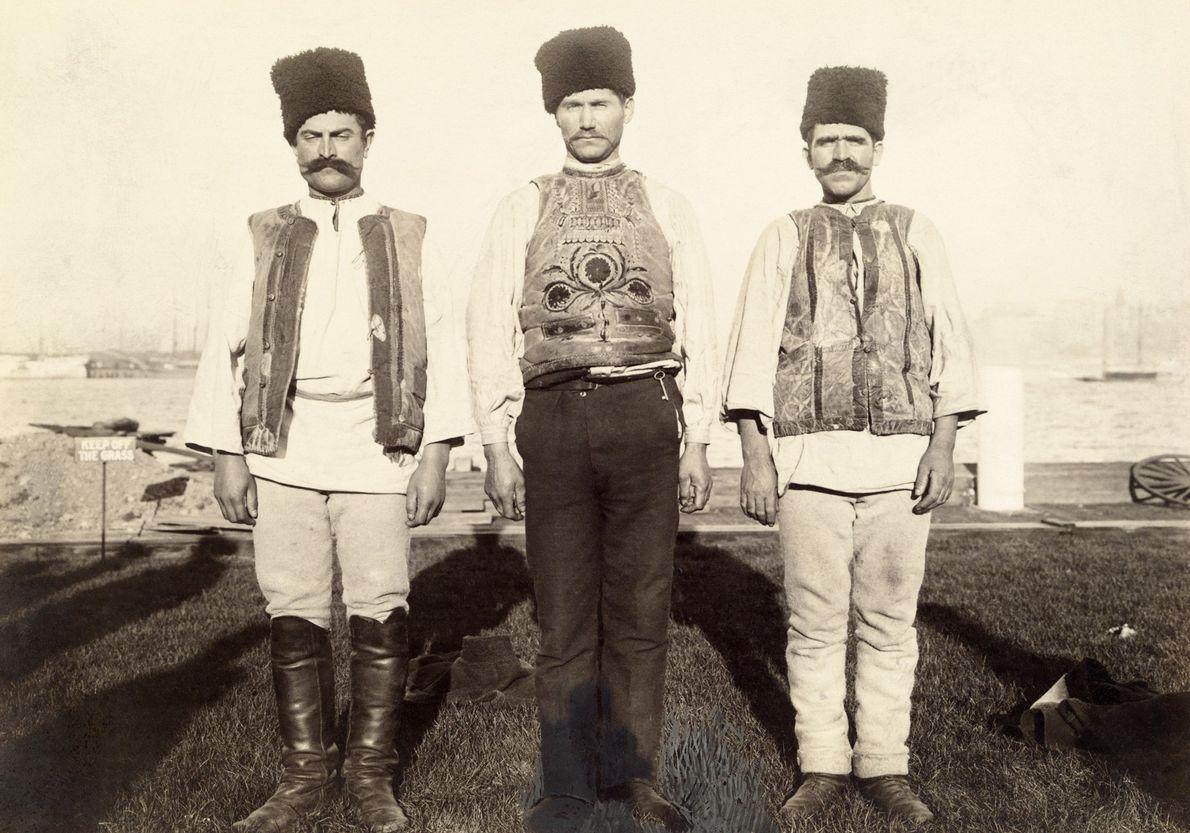 Drei Einwanderer aus Montenegro in traditioneller Kleidung.