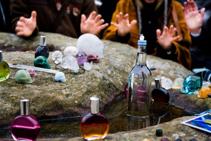 Kristalle mit heilenden Kräften liegen während einer Feier zur Wintersonnenwende in Stonehenge auf einem Stein.