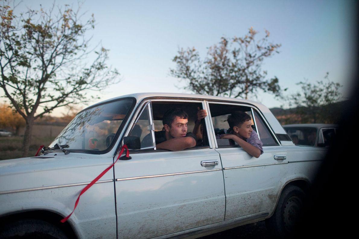 Foto von Jugendlichen, die in einem weißen Auto sitzen