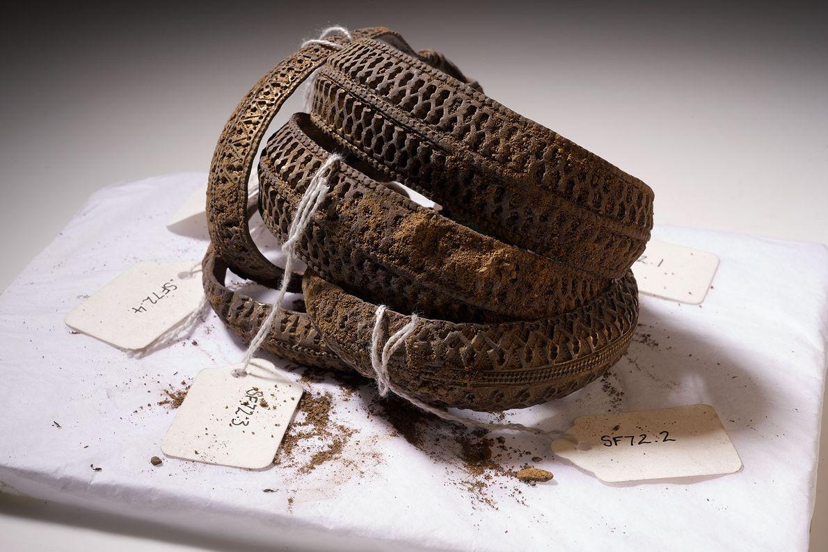 In der oberen Schicht des Fundes befanden sich auch ein paar silberne Armreife. Wohlhabende Wikinger nutzten ...