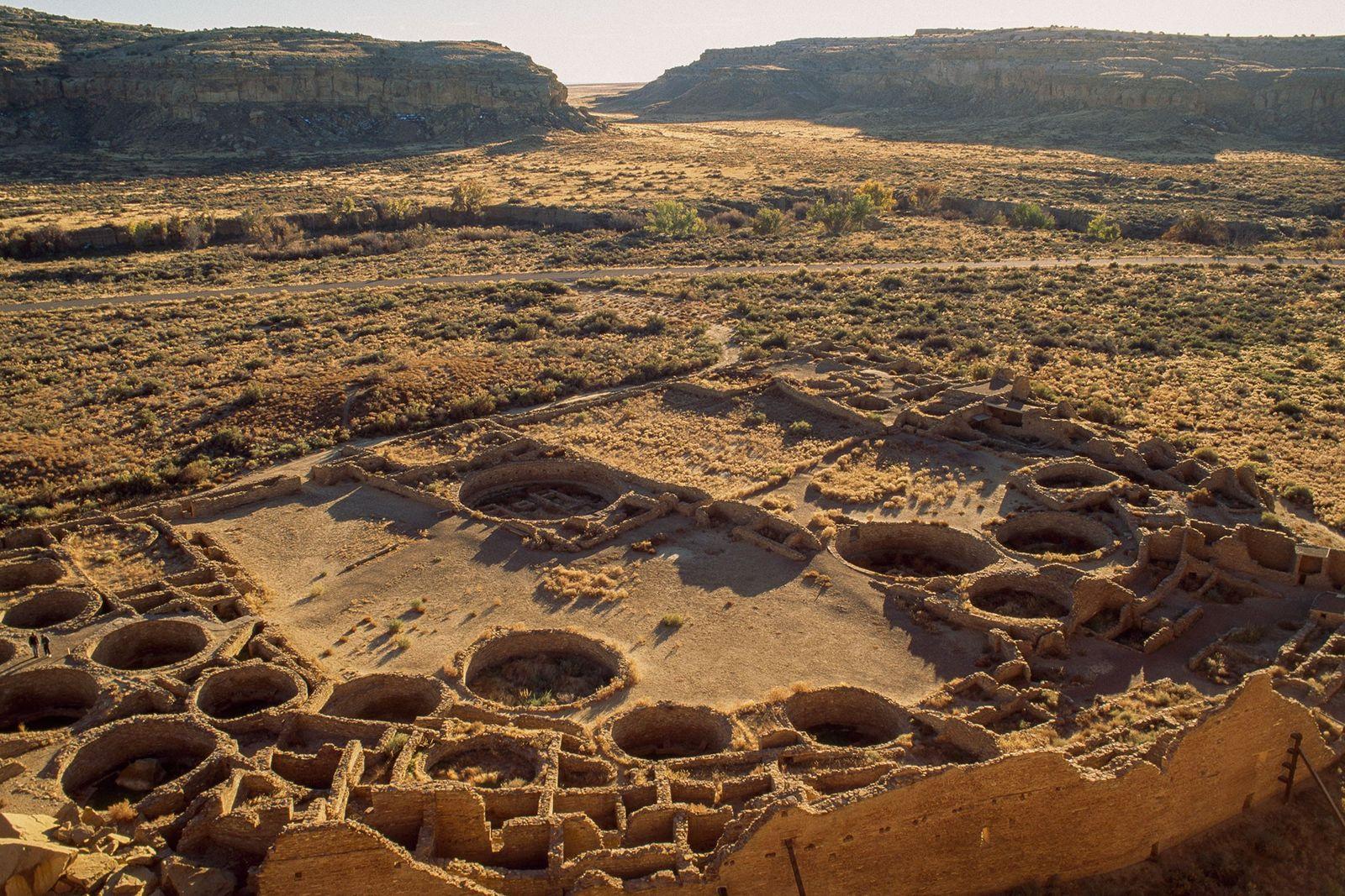 Der weitläufige Komplex Pueblo Bonito in New Mexico, der 650 Räume umfasst, war zwischen 800 und ...