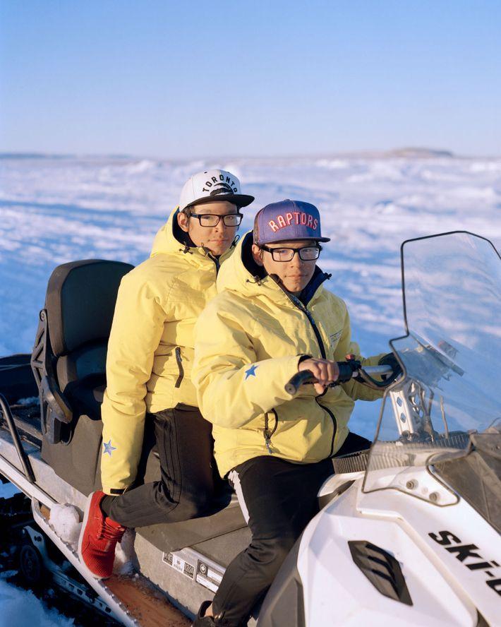 Die 15-jährigen Zwillinge Logan und Edmond Willie jagen im Licht der Mitternachtssonne Schneegänse vor ihrem Lager ...
