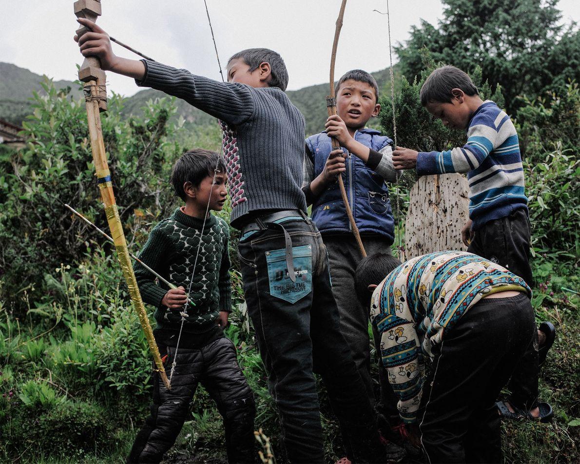 In Bhutan ist Bogenschießen ein Nationalsport und eine Freizeitbeschäftigung für Jung und Alt. Hier üben Kinder ...