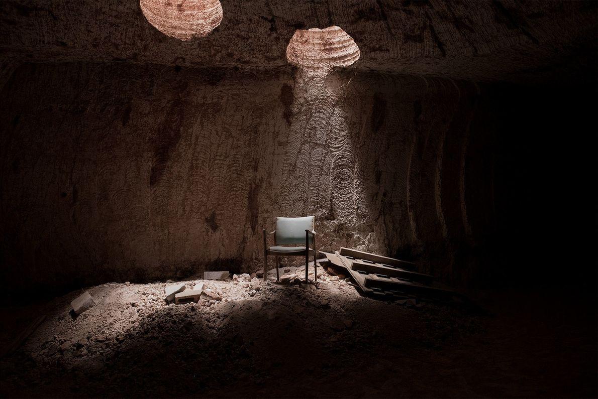 Der italienische Migrant Tony Tramaglino träumt davon, aus diesem unterirdischen Hohlraum ein luxuriöses Haus zu machen. ...