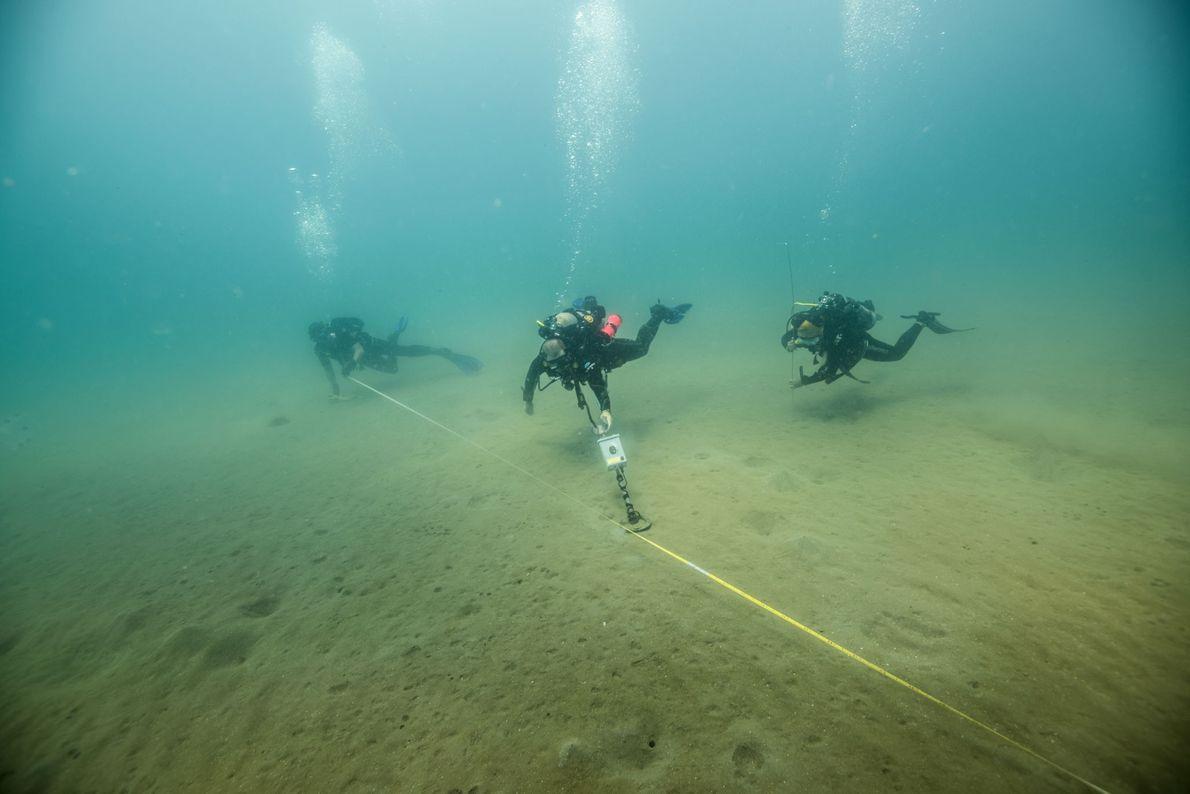 Archäologen untersuchen den Meeresboden im Golf von Mexiko mithilfe eines Magnetometers. Ein Maßband wird als sichtbare ...