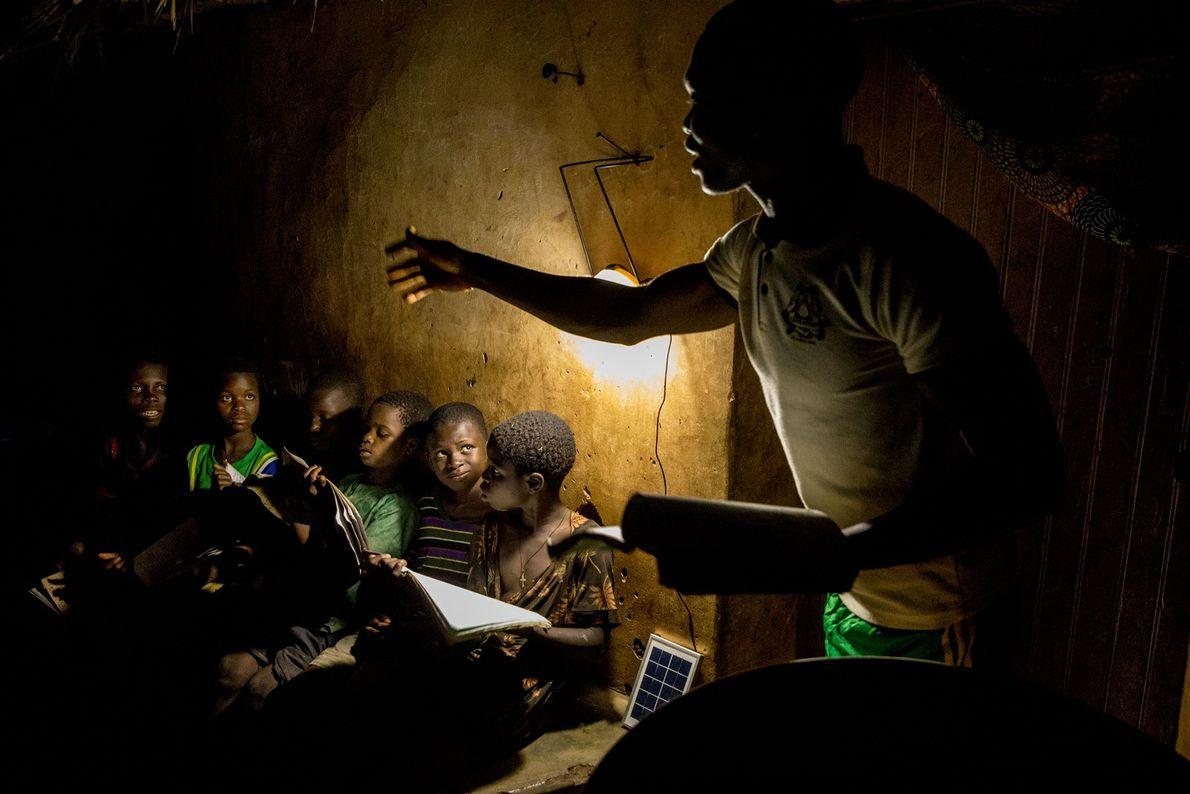 Im Dorf Gbekandji leben 11.000 Menschen ohne Strom. Der Lehrer René Justin Danssou unterrichtet seine Schüler ...