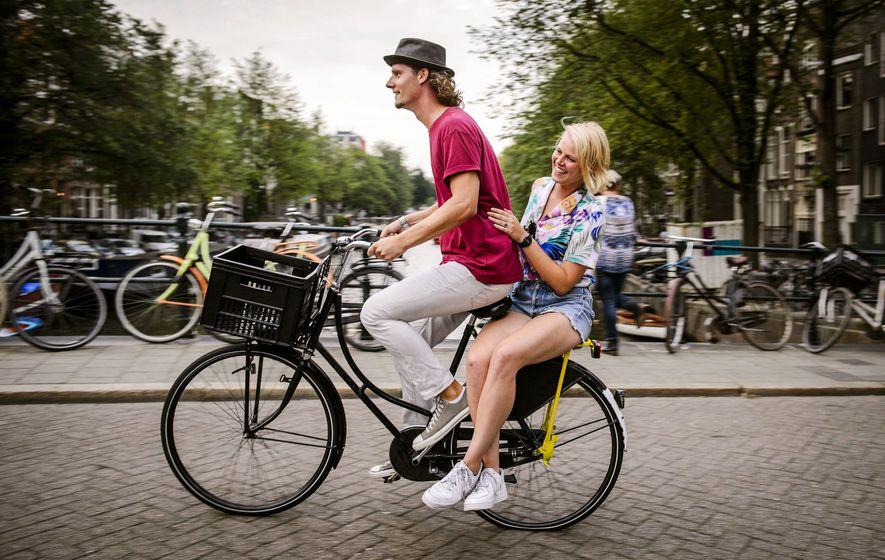 7. NIEDERLANDE Ein Tourist bei einer kostenlosen Stadtführung des Unternehmens Yellow Bike in Amsterdam.