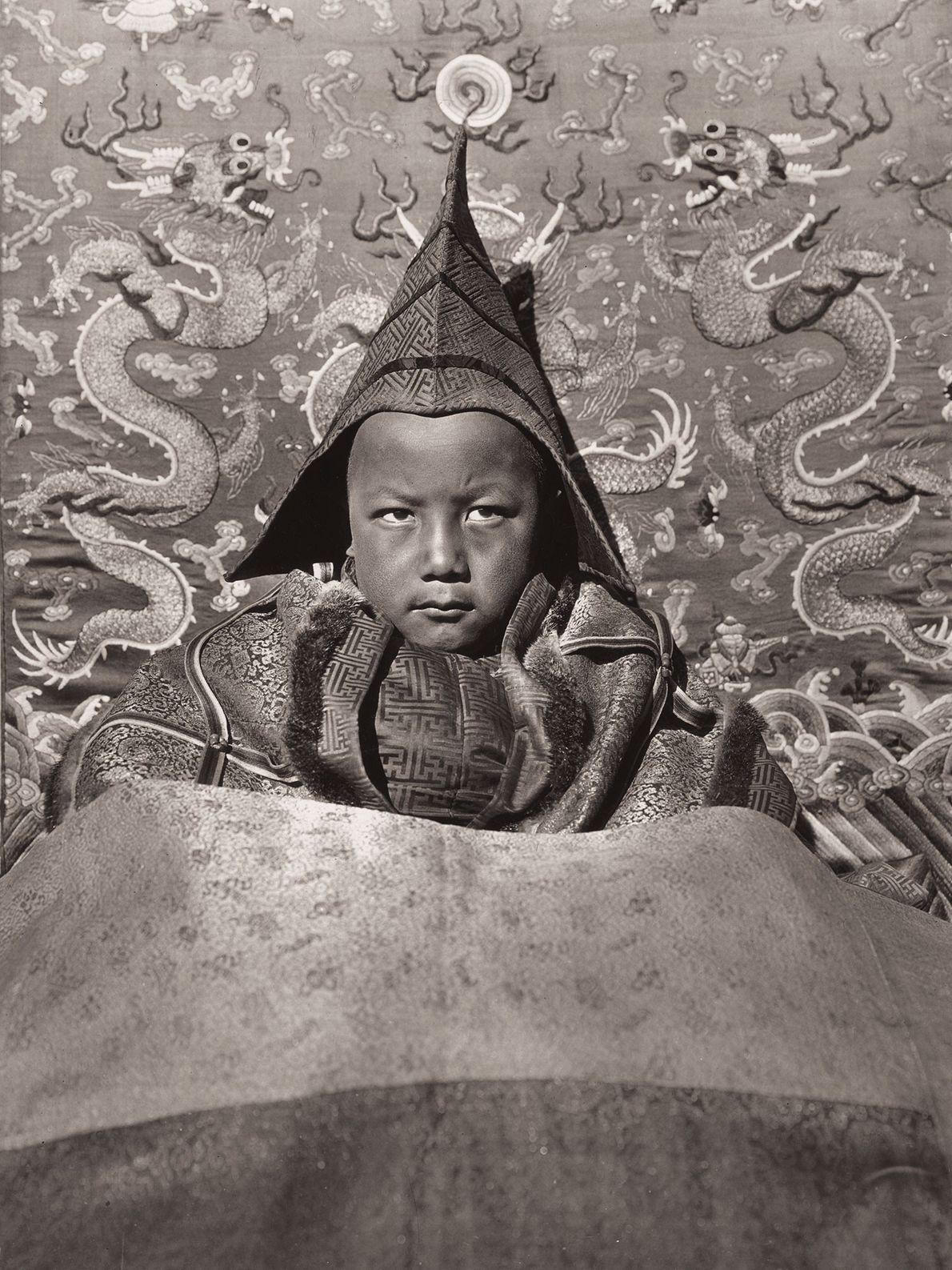 Der junge lebende Buddha von Guya, der im Alter von sechs Jahren ein Kloster leitete, trägt ...