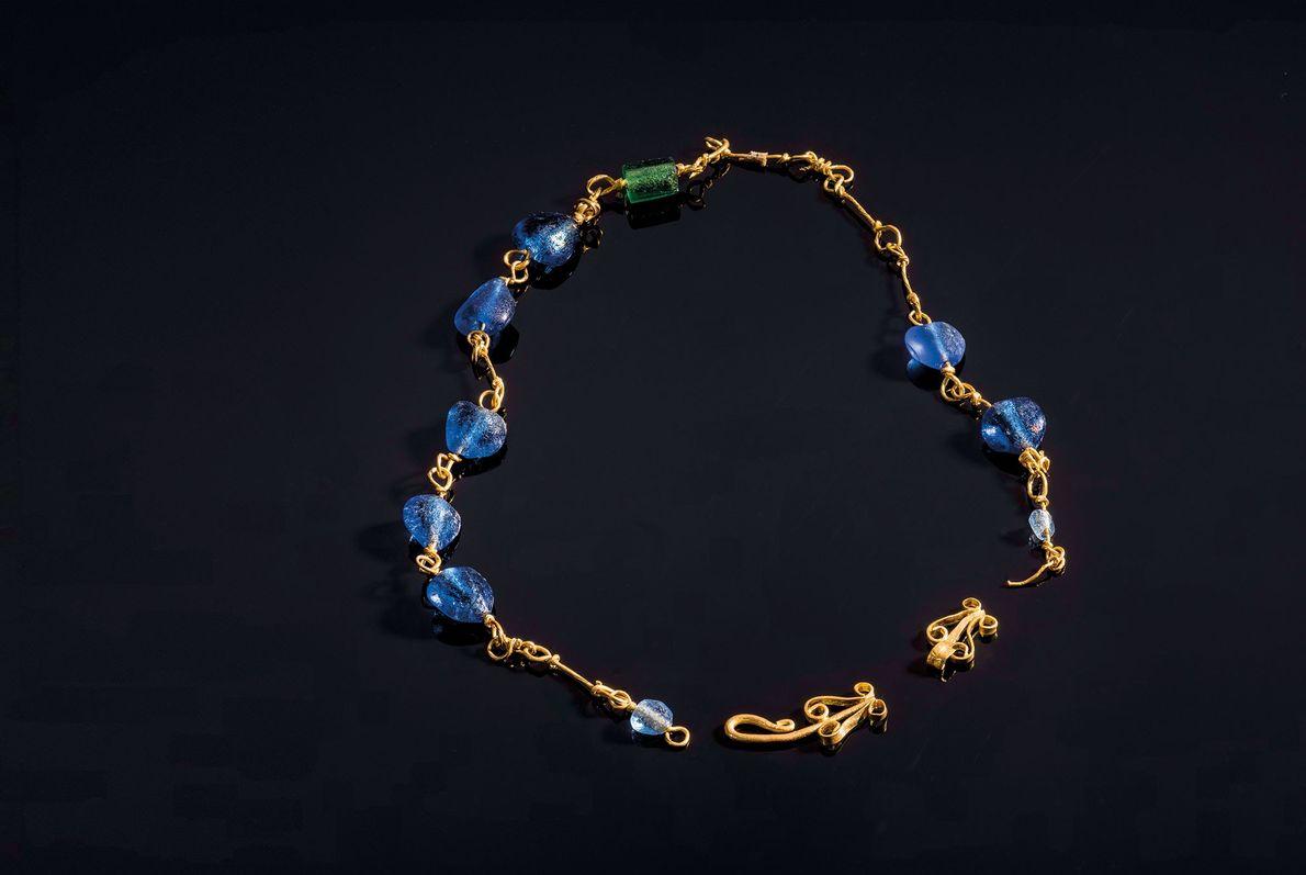 Eine goldene Halskette mit Glasperlen zierte den Hals einer Frau, die vor etwa 1.700 Jahren in ...