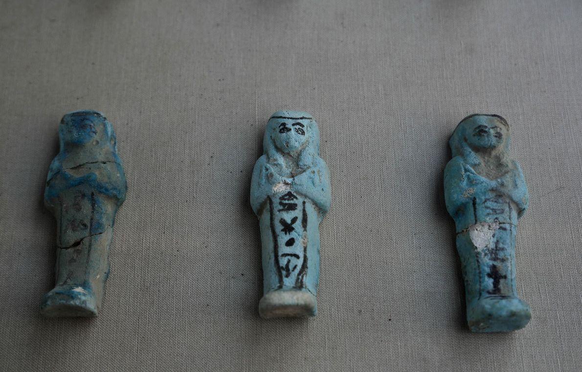 Uschebti-Statuetten wurden ebenfalls in dem Grab aus dem neuen Reich gefunden. Uschebti sollten den Verstorbenen auf ...