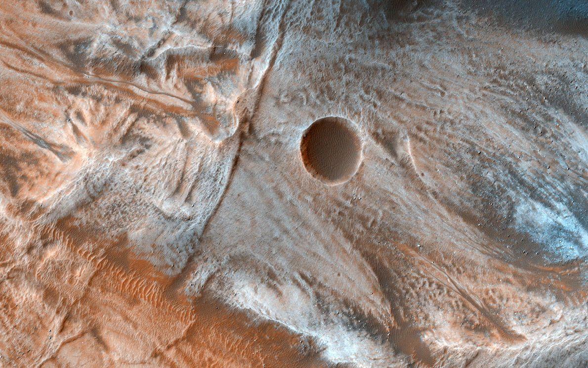 Dieses Bild einer Region in den mittleren Breitengraden des Mars offenbart eine Landschaft mit versprengten Geröllhaufen. ...