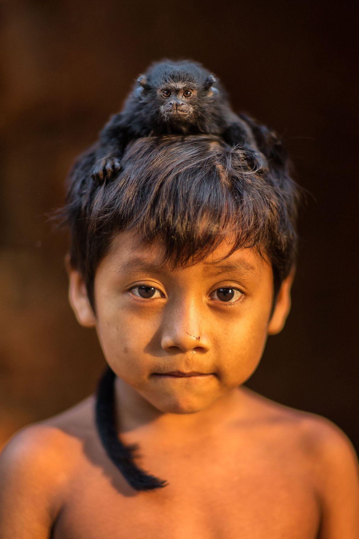 Ayuana mit einem Schwarzhandtamarin. Mit nur 500 Gramm Gewicht ist diese Art eine der kleinsten Primatenarten. ...