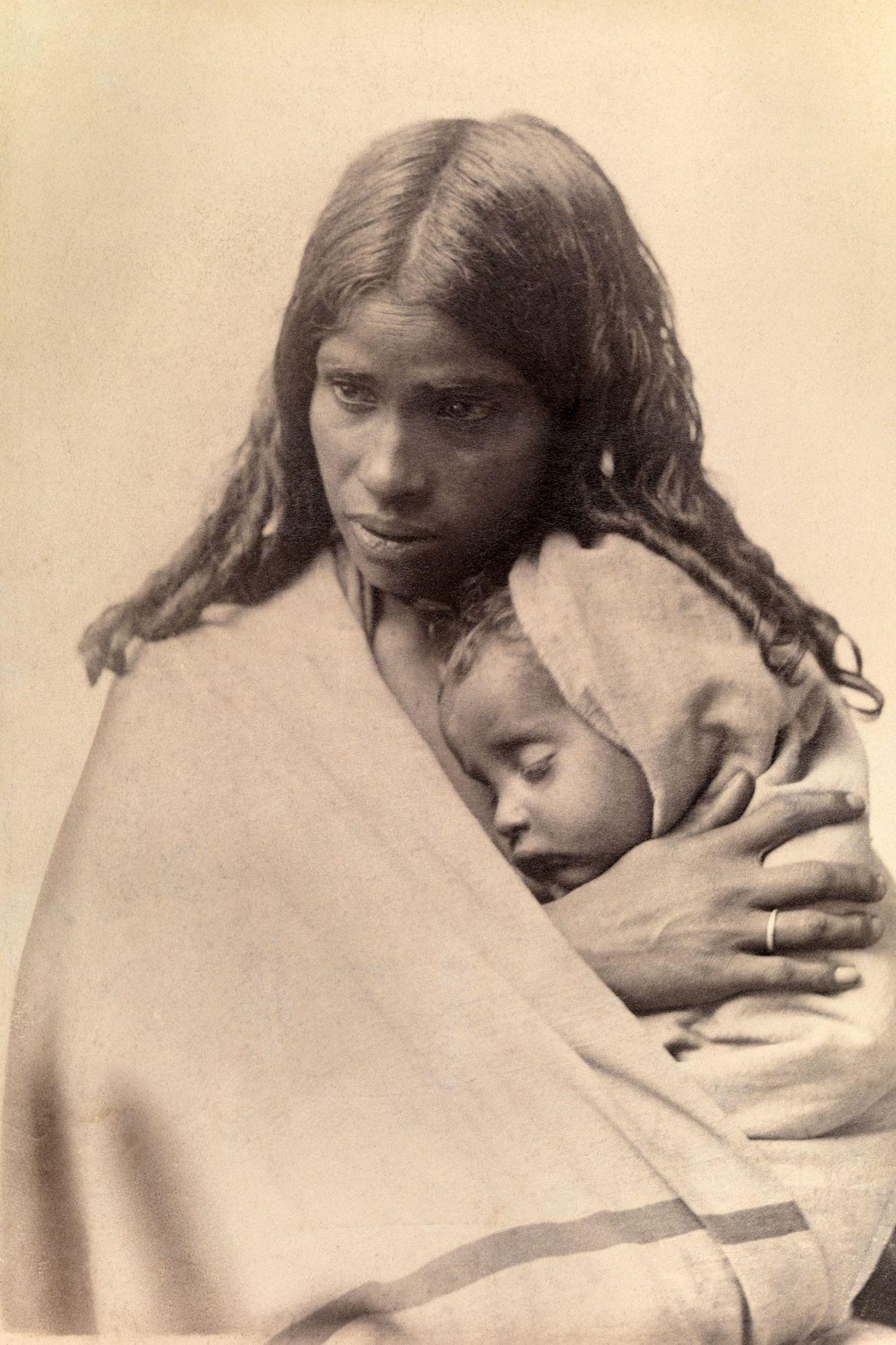 Bei Madras in Indien schläft ein Toda-Kind in den Armen seiner Mutter.