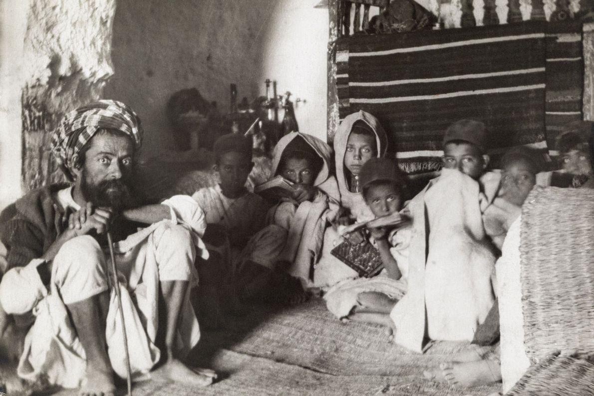 Kinder in unterirdischer Schule und Matmata