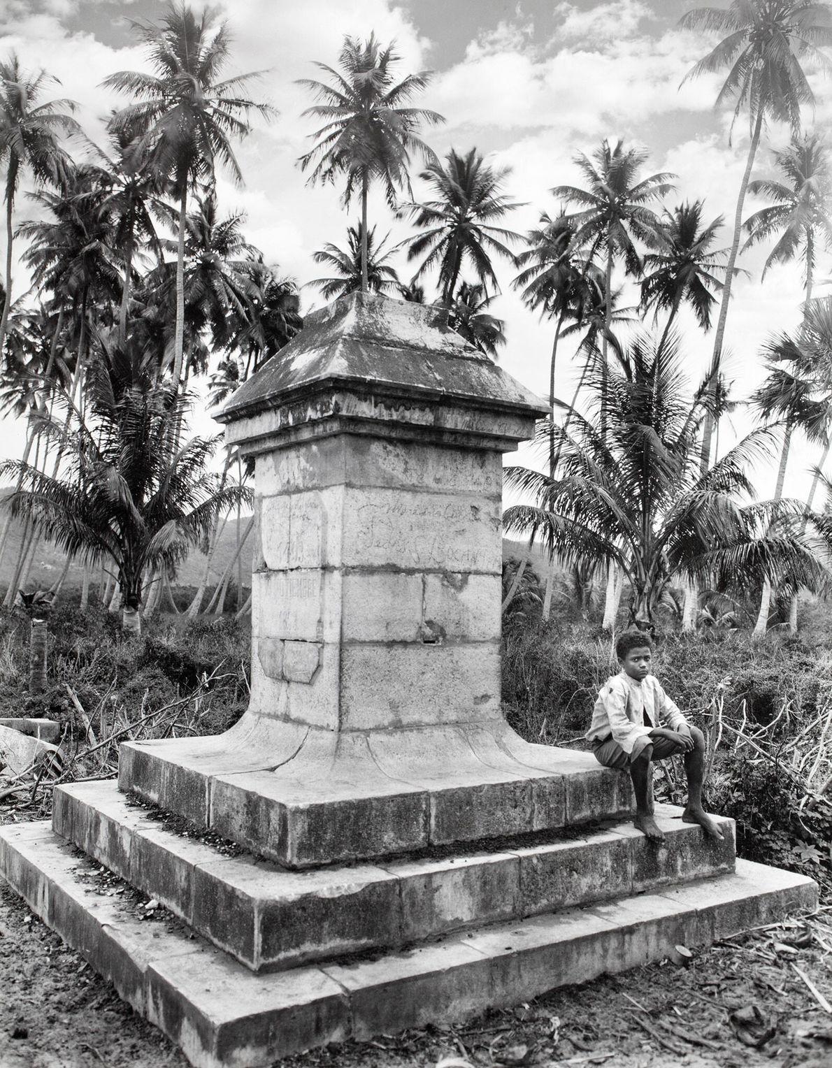 Ein Junge sitzt auf einem Denkmal für Christopher Kolumbus. Das Bauwerk erinnert an die Landung des ...