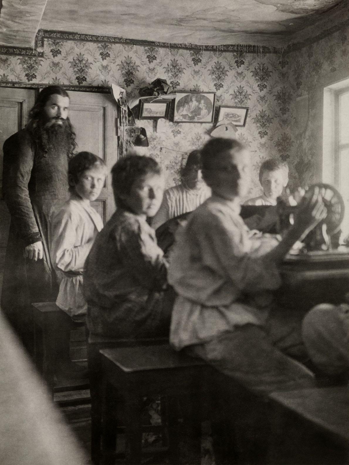 Diese Schüler besuchen eine Schneiderschule im russischen Kloster Petschenga, die von Mönchen geleitet wird. Die Aufnahme ...