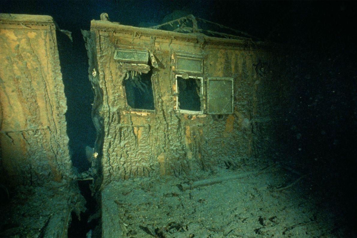 Durch Fenster an der Steuerbordseite des Schiffs kann man einen Blick in die Offiziersquartiere werfen.