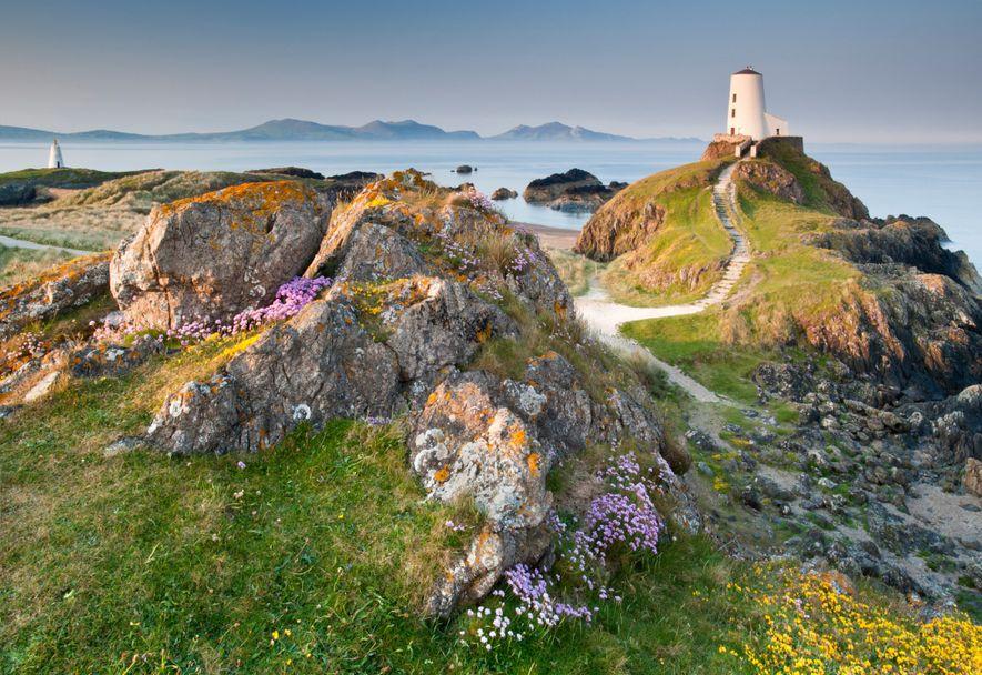 Der Leuchtturm von Tŵr Mawr in Anglesey ist eine idyllische Station auf dem neuen Fernwanderweg Wales ...