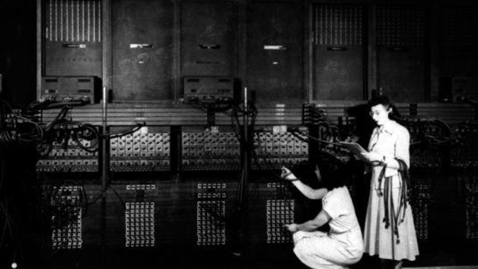Programmiererinnen beim Verkabeln