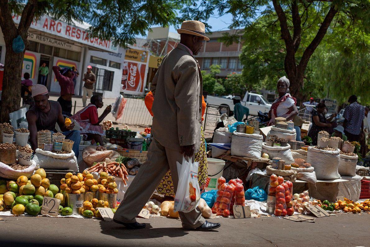 Eine geschäftige Straße in Bulawayo täuscht über die marode Wirtschaft des Landes hinweg. Die meisten Einwohner ...