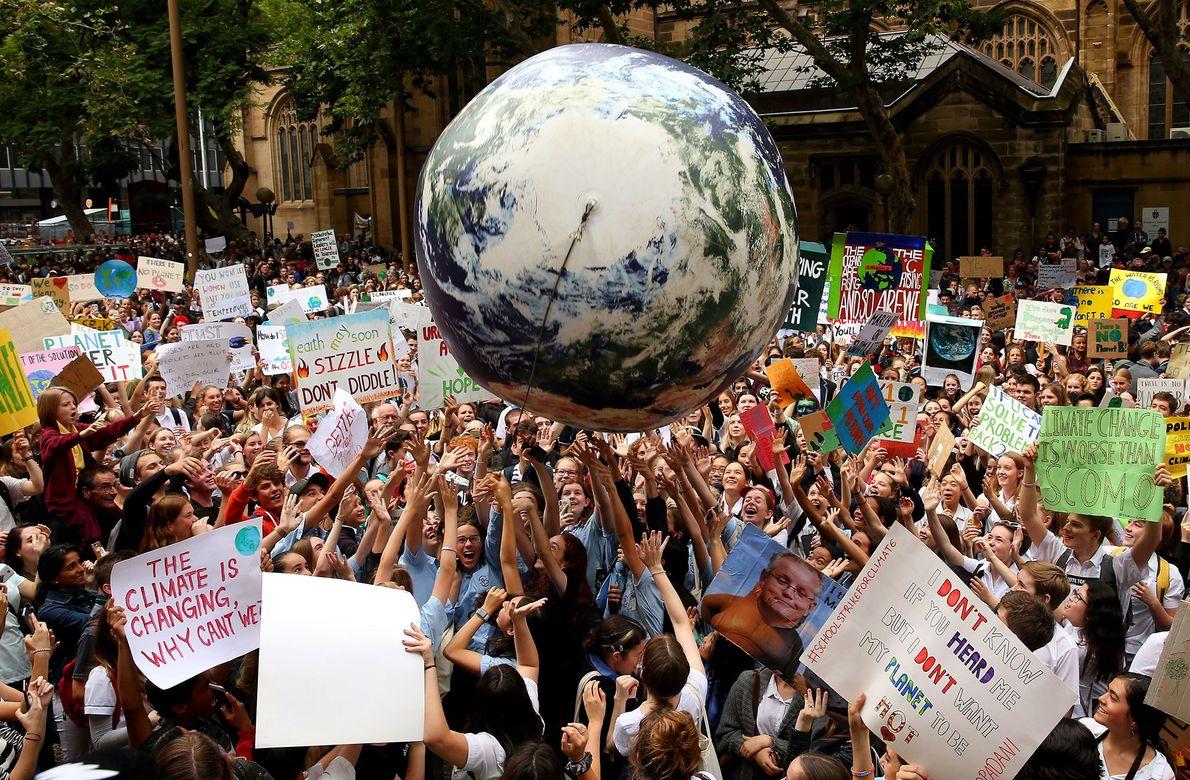 Demonstranten vor der Sydney Town Hall in Australien ließen während einer Climate Change Awareness Rally einen ...