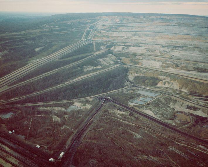 Eine Luftaufnahme von der Grenze des Tagebaus in Hambach zeigt die Förderbänder für die Kohle.