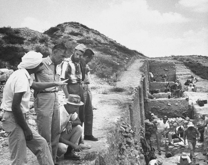 Der Archäologe Nelson Glueck (zweiter von links) glaubte, dass er Salomons Minen in der kupferreichen Senke ...