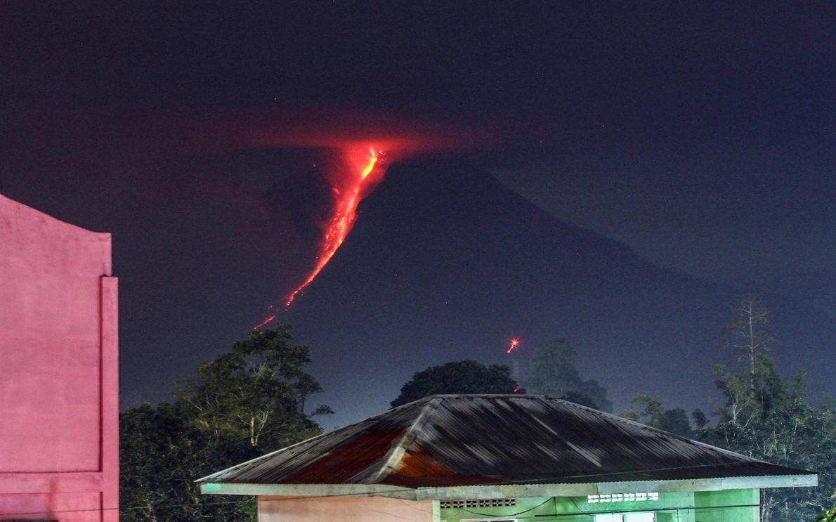 Auf diesem Foto aus dem Jahr 2018 strömt Lava die Flanken des Sinabung in Karo, Nordsumatra, ...