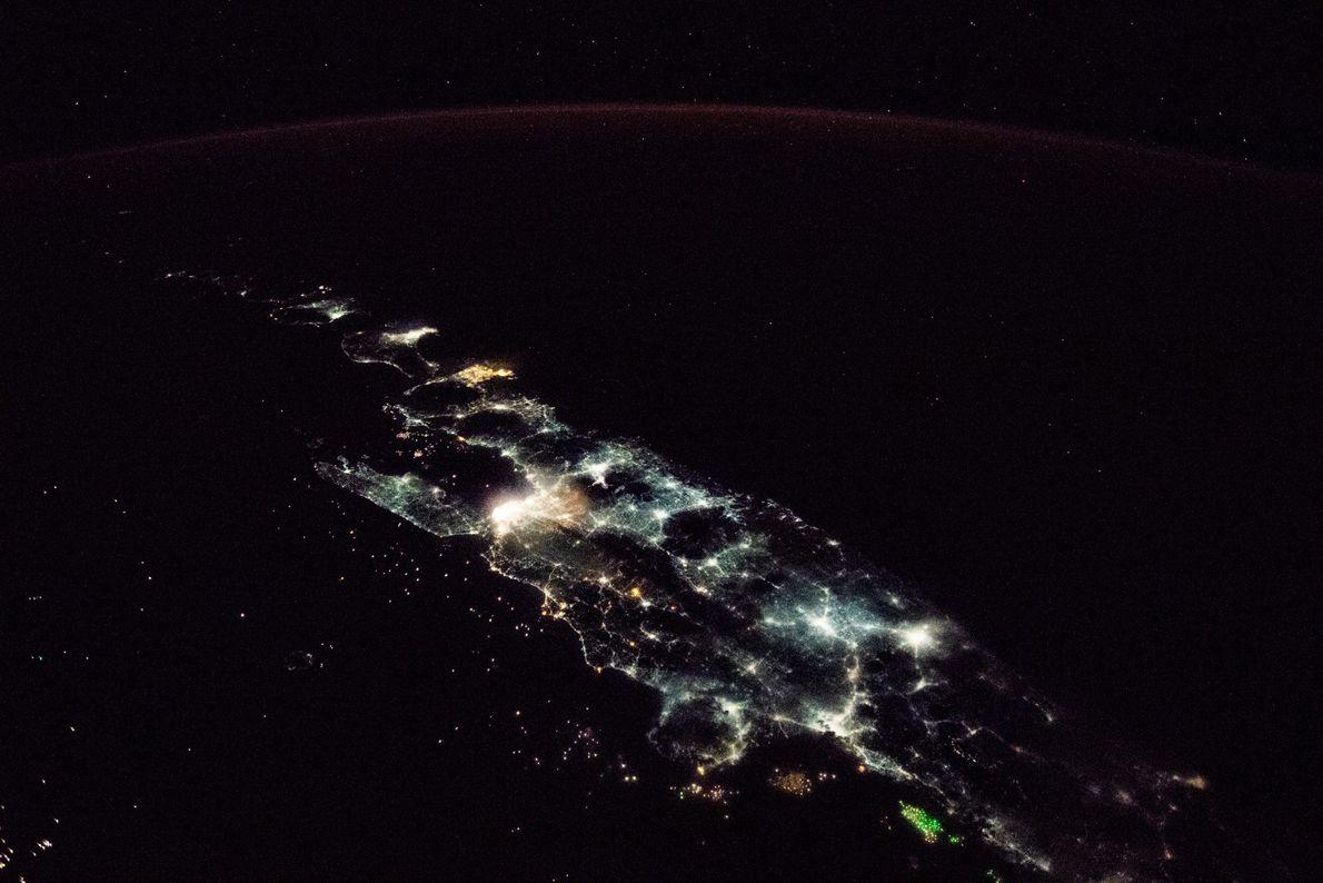 Indonesiens größte Insel, Java, glitzert wie ein Edelstein in dieser Nachtaufnahme, die auf der Internationalen Raumstation ...