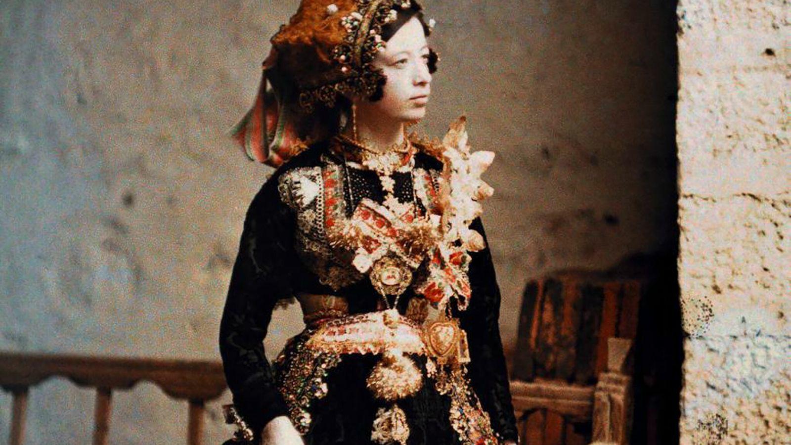 DIE KUNST VON LARGARTERA Im Jahr 1914 nimmt Jules Gervais-Courtellemont diese junge Frau im spanischen Lagartera in ...