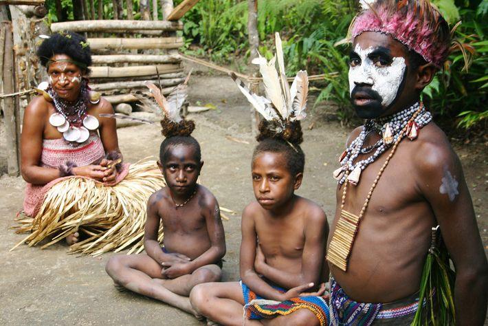 Foto eines Häuptlings und seiner Familie in Papua New Guinea