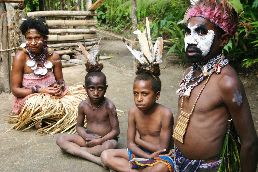 Dieses Foto aus dem Jahr 2007 zeigt einen Häuptling aus Papua-Neuguinea mit seiner Frau und seinen Kindern. Traditionell übergeben Männer hier Schweine als Brautpreis.