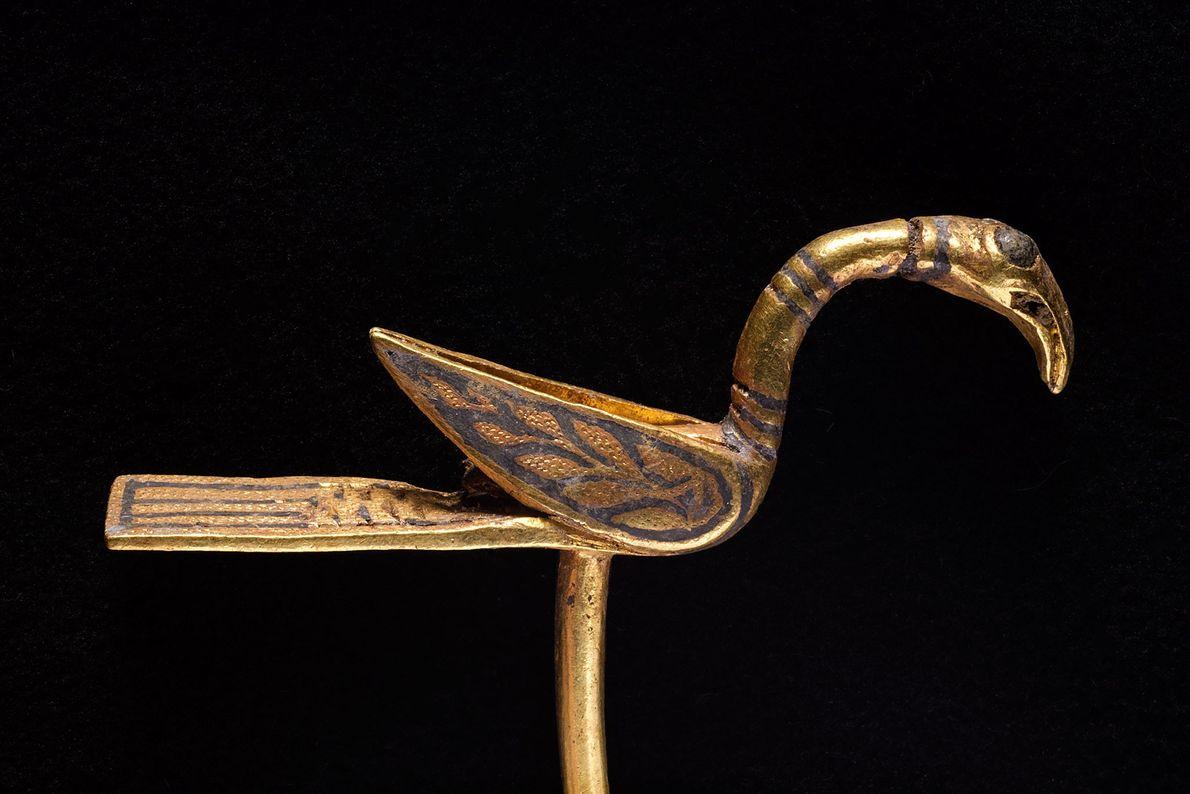 Dieser goldene Gegenstand in Gestalt eines Vogels könnte einst ein dekorativer Anstecker oder ein Zeigegerät gewesen ...