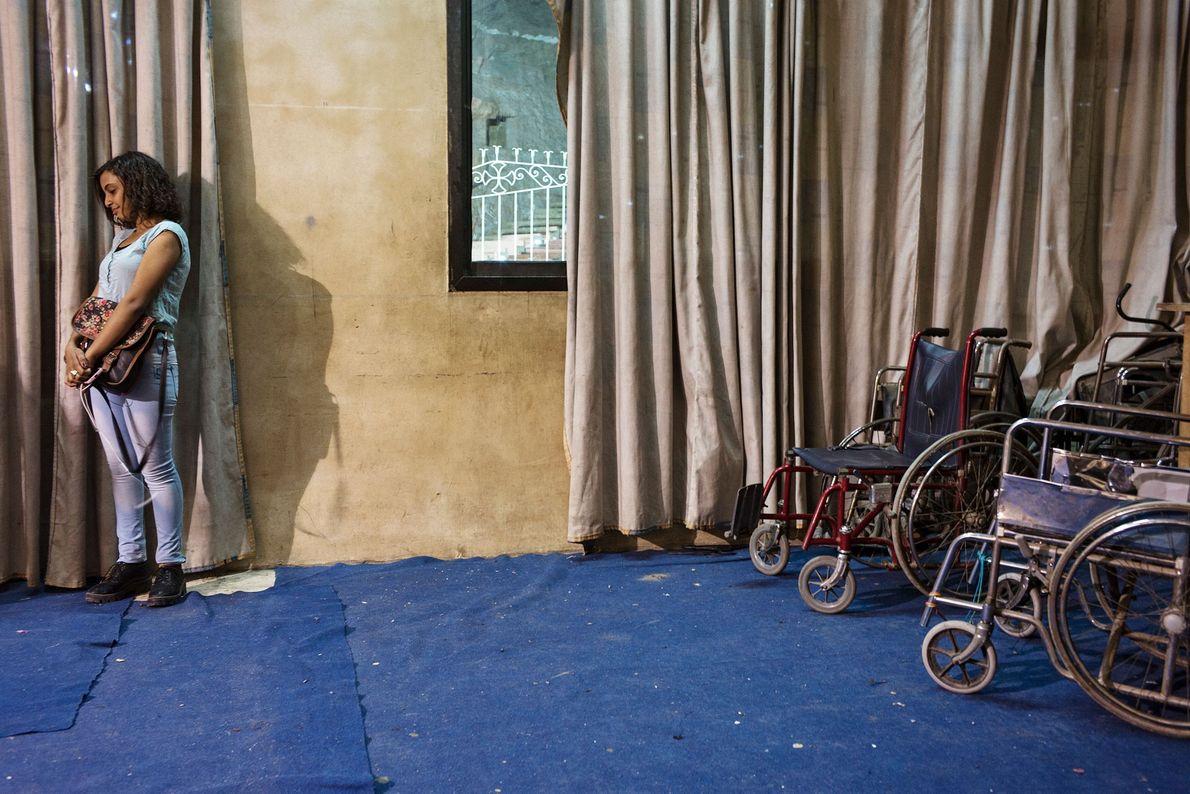 Frau und Rollstühle