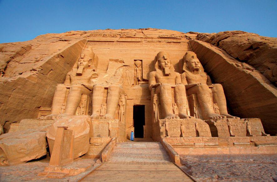Kolossale Statuen des ägyptischen Pharao Ramses II. bewachen den Eingang zum Haupttempel von Abu Simbel.