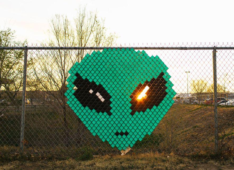 Ein Zaun vor einem Einkaufszentrum in Roswell, New Mexico, wurde mit einem Aliengesicht verziert.