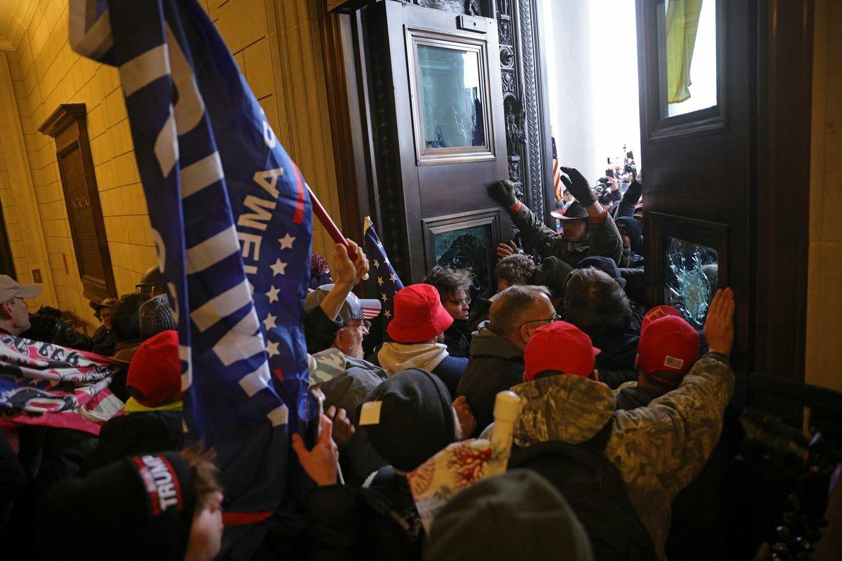Mob mit Trump-Fahnen